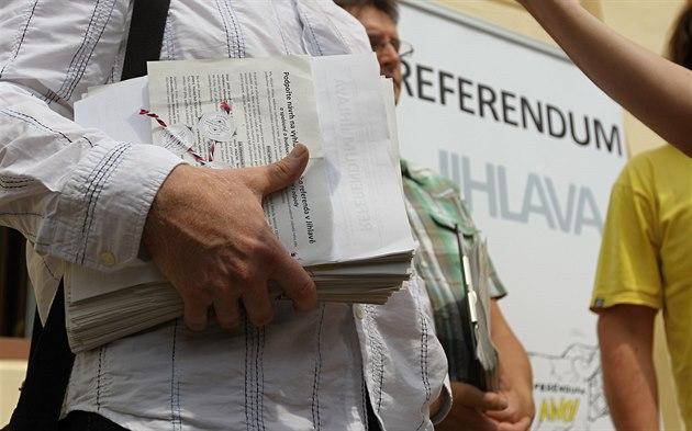 Předání podpisových archů referenda