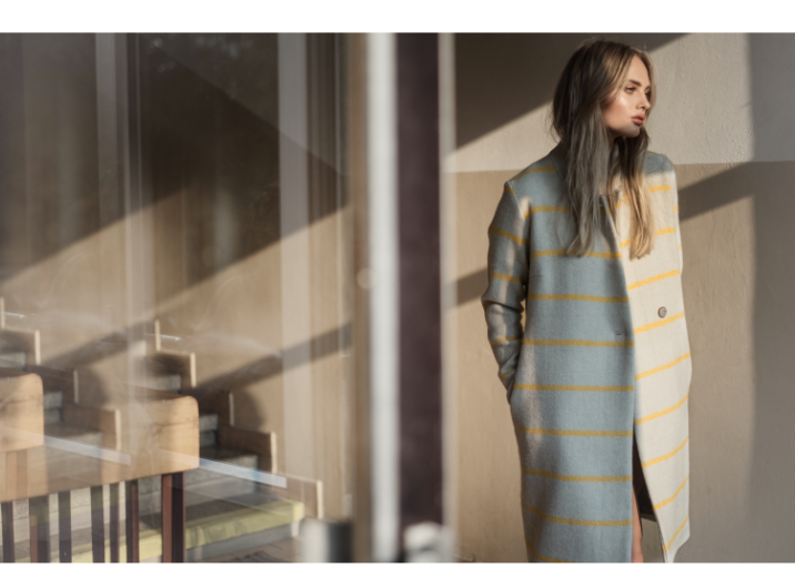 DAYA - šedý kabát se žlutým proužkem