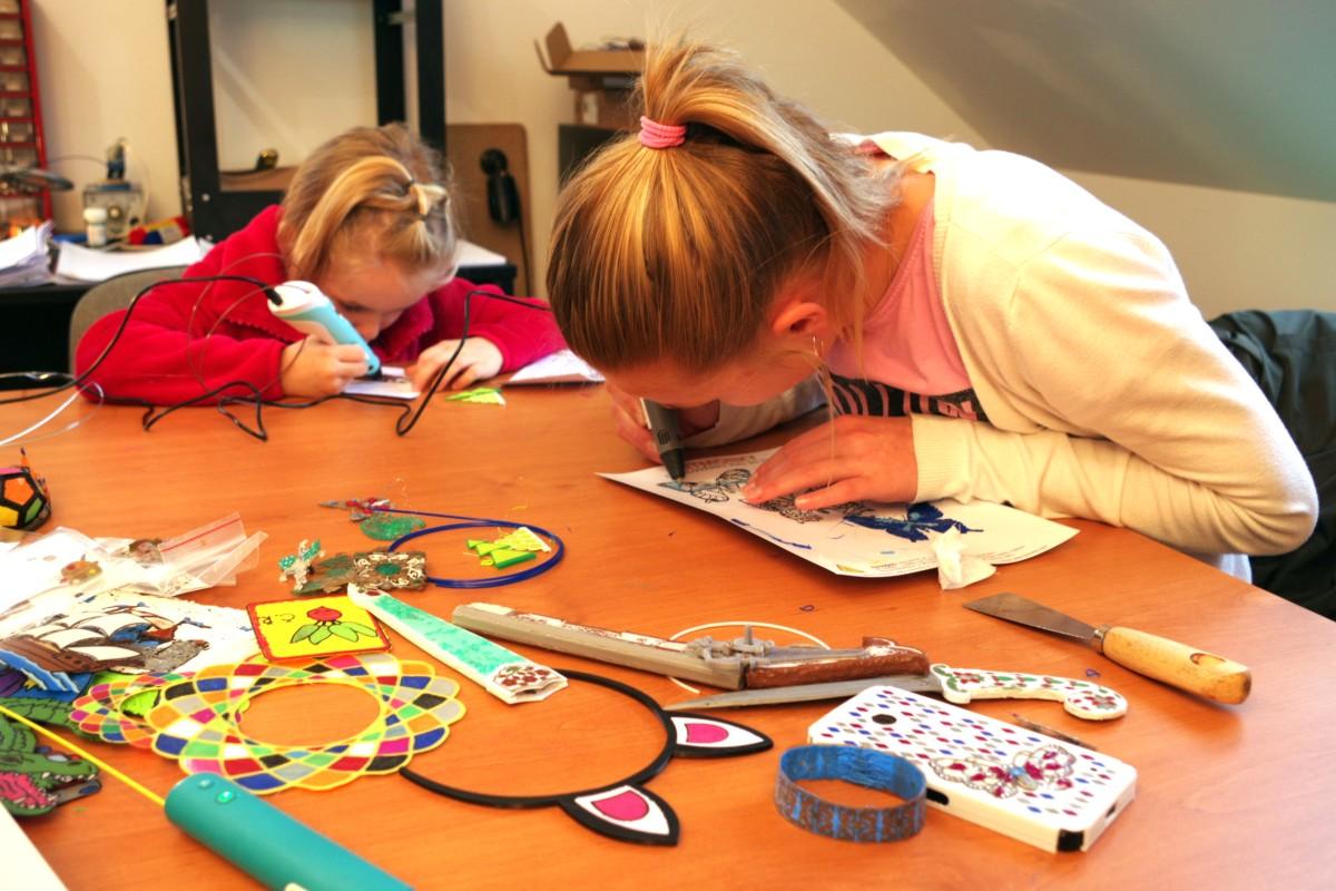 Děti vyplňující omalovánky 3D pera